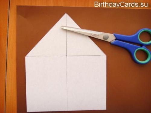 Из коричневой бумаги вырезаем такой же домик