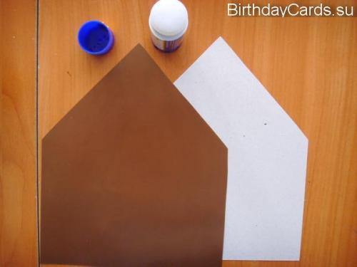 Наклеиваем на заготовку домик из цветной бумаги