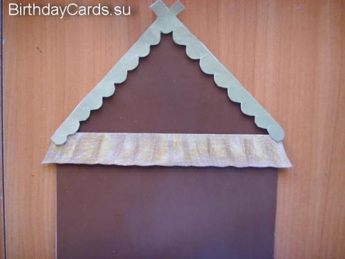 Приклеиваем крышу к верхней части домика