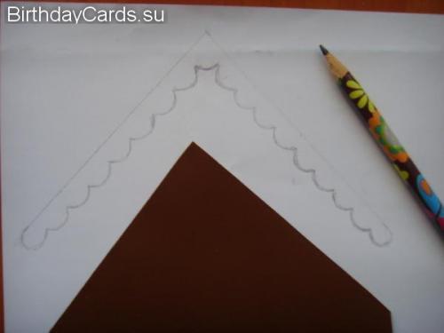 Вырезаем крышу для домика из золотистой бумаги